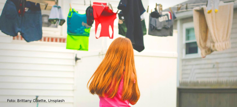 Mädchen vor Wäscheseil