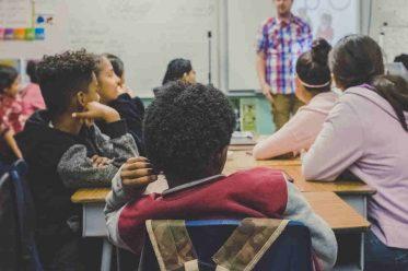 Lehrer im Klassenraum