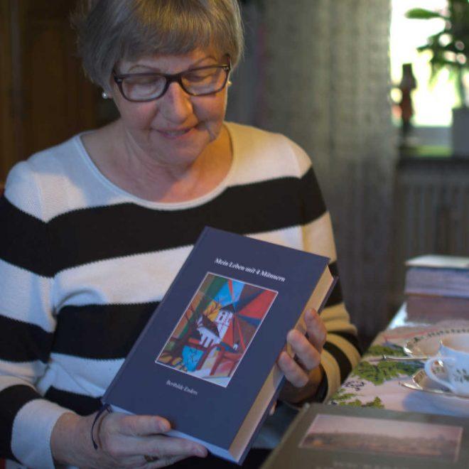 Berthilde Enders mit ihrer Autobiografie