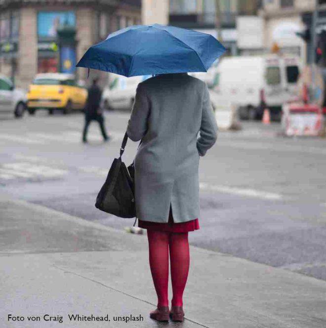Regenschirmwartefrau